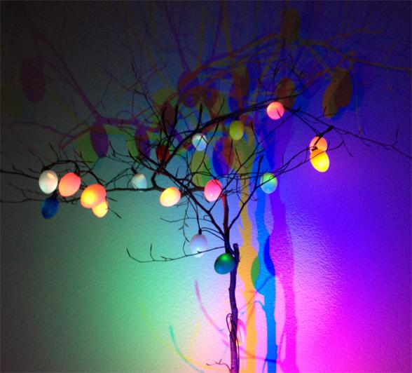 Ein Osterbaum, der leuchtet und beleuchtet wird.