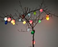 Osterbaum mit farbig leuchtenden Ostereier