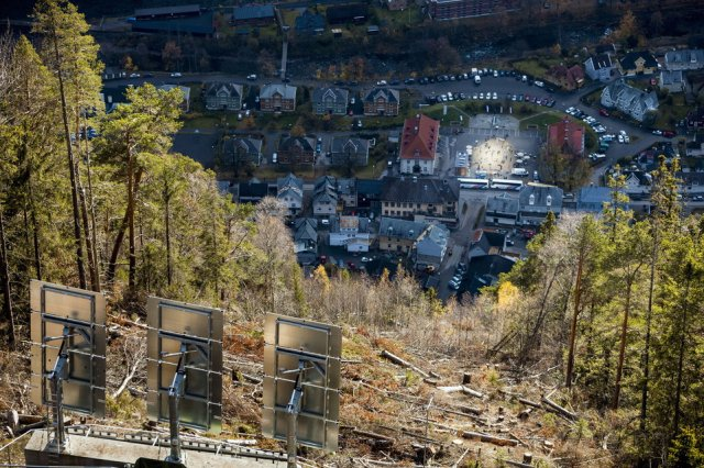Schautplatz Norwegen - Riesiege Spiegel projizieren Sonnenlicht ins Dorf Rjukan.