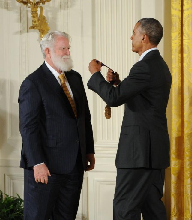 Lichtkünstler James Turrell erhält vom amerikanischen Präsidenten Barack Obama die National Medal of Arts 2013