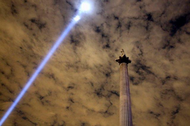Ein Lichtstrahl über dem Trafalgar Square in London erinnert an den Ausbruch des 1. Weltkrieges vor exakt 100 Jahren. (4. August 2014), Bild: Paul Hackett/Reuters