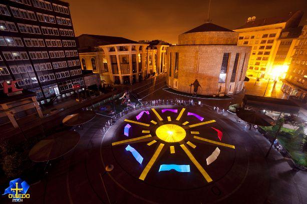 Mit Licht und Langzeitbelichtung Kameras haben 33 Künstler der Light Painting World Alliance in Orviedo, Spanien, das Logo des 2015 International Year of Light nachgestellt.
