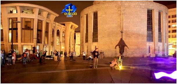 Orviedo, Spanien, das Logo des 2015 International Year of Light nachgestellt, Passanten nehmen am Event teil.