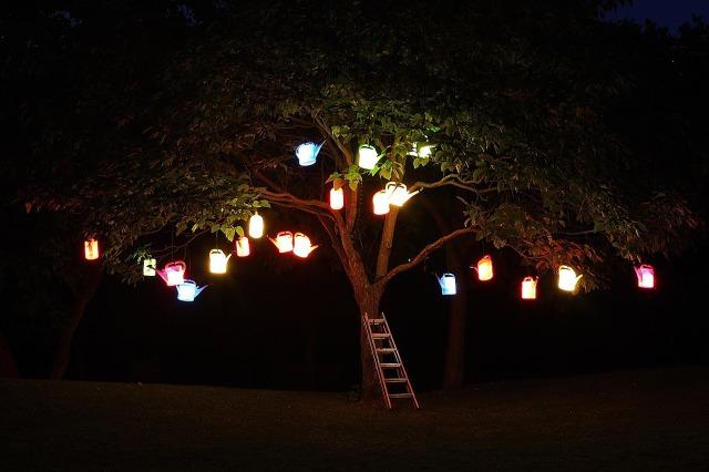 Lichtkunst mit Gieskannen im Ahnepark, Vellmar (Deutschland)