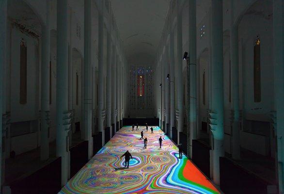 Tapis magique, 2014, installation de réalité virtuelle générative et interactive avec de la musique de Michel Redolfi, ancienne église du Sacré Coeur, Casablanca Maroc, 50 m x 12 m