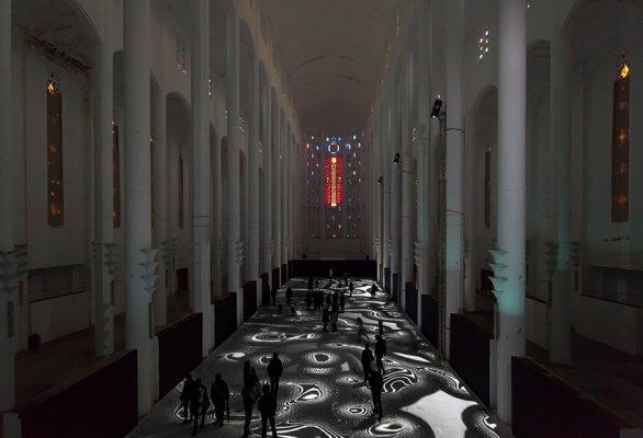 Tapis magiquen 2014, installation de réalité virtuelle générative et interactive avec de la musique de Michel Redolfi, ancienne église du Sacré Coeur, Casablanca Maroc, 50 m x 12 m (Copyright: Miguel Chevalier)