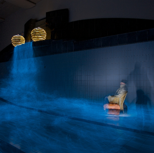 Swimmingpool mit Wasserfall, Suvretta House, Sankt Moritz: Light Art Performance Photography (LAPP) von Lightguys, Schweiz