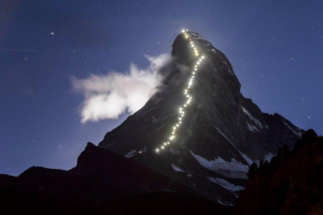 Das Matterhorn ist einer der berühmtesten Berge der Welt. Zum Gedenken an die Erstbesteigung vor 150 Jahren schmückt eine Lichterkette den erhabenen Berg über den Sommer hinweg. (Bild: AFP)