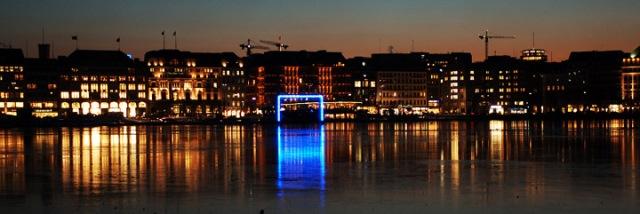 """Blue Goal: Ein Stadt-Raum-Licht-Kunst-Projekt für Hamburg, das """"Tor zur Welt"""" (© Michel Batz: http://www.michaelbatz.de/licht/lichtkunst/blue_goal.html)"""