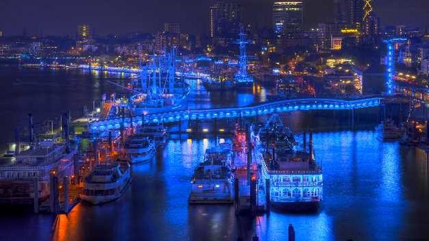 Blue Port: Auf 8,5 km Länge leuchtete der Hamburger Hafen ganz in blau (© Philips)